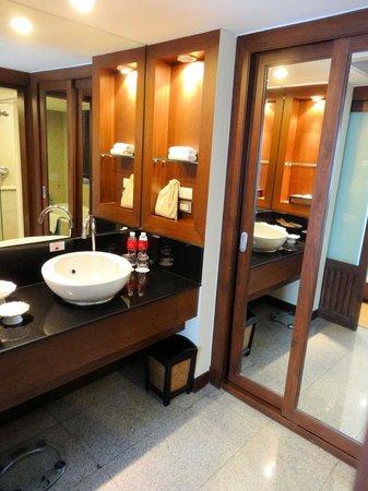 Ramada Plaza Bangkok Menam Riverside: Notre salle-de-bain.