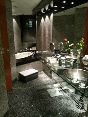 Hilton Dubai Creek: Bathroom
