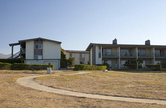Cavalier Oceanfront Resort : Вид на отель с берега