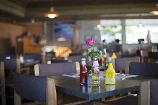 Cavalier Oceanfront Resort : Ресторан
