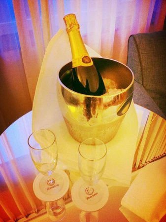 Sheraton Stockholm Hotel: Sparkling Wine on arrival!