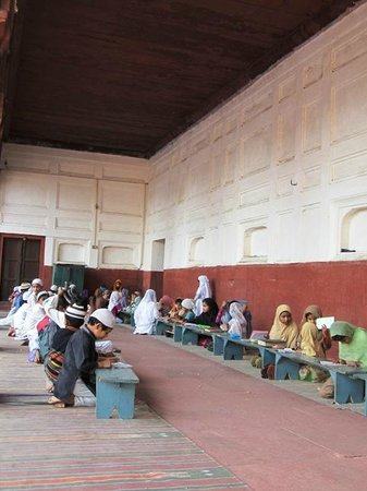 Jama Masjid : Children  learn to read the Quran