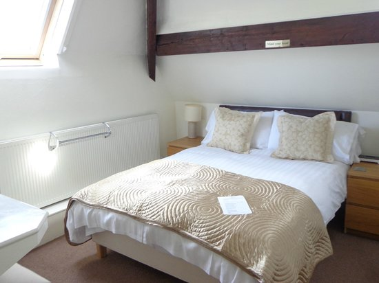 Acorn Lodge Harrogate: Room 6 cost attic room with large bathroom and whirlpool bath with shower over