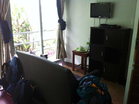 J Residence: Kleiner Sitzbereich im Zimmer mit großer Fensterfront