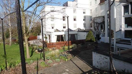 The Bromley Court Hotel: spring in the garden.