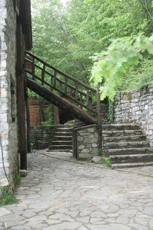 Arxontiko Agonari: Ξύλινη σκάλα προς το δωμάτιο