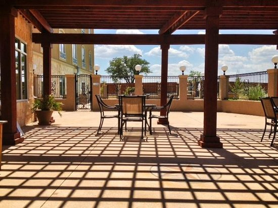 Holiday Inn Express Hotel & Suites - Glen Rose: Breakfast on the patio