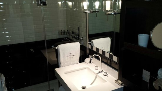 The Ampersand Hotel: Superior room bathroom