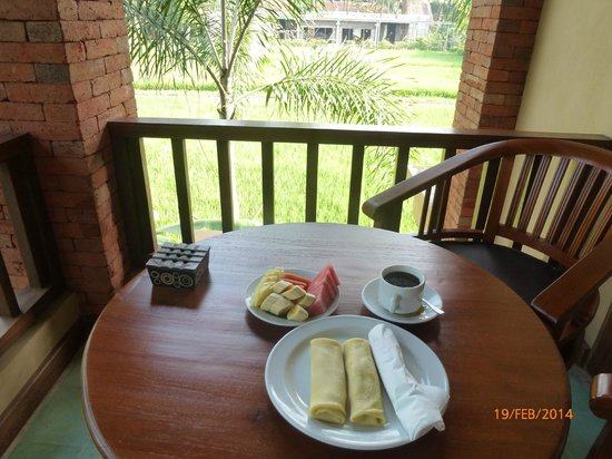 Ubud Lestari Bungalows: Breakfast on the balcony