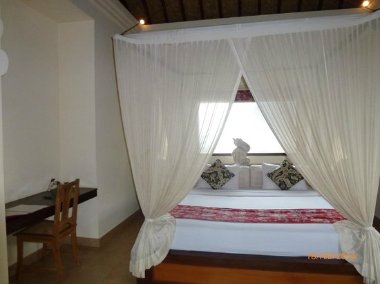 Ubud Lestari Bungalows: bed with mosquito net