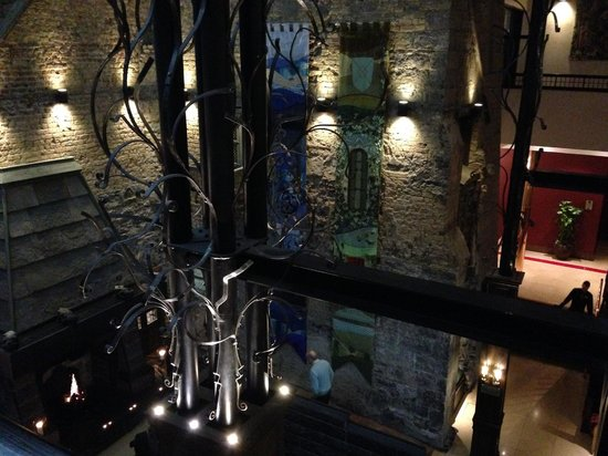 Clontarf Castle Hotel: Old castle in lobby