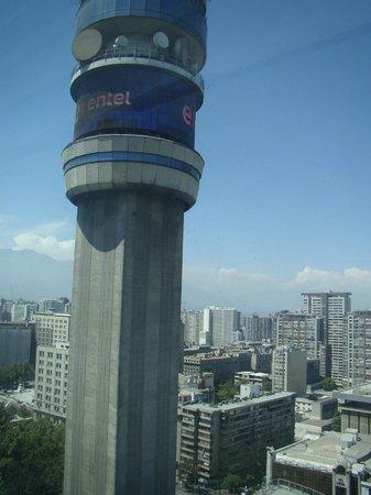 RQ Santiago: O hotel fica num Centro Comercial ao lado desta torre