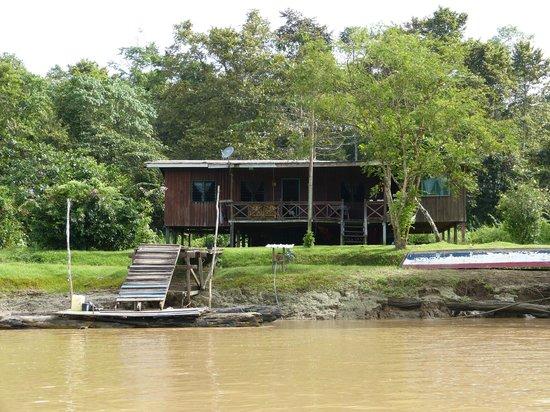 Osman's Homestay: Osmans Haus vom Fluss aus fotografiert