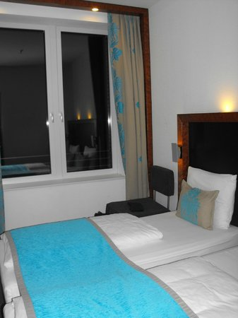 Motel One Wiesbaden: Интерьер номера