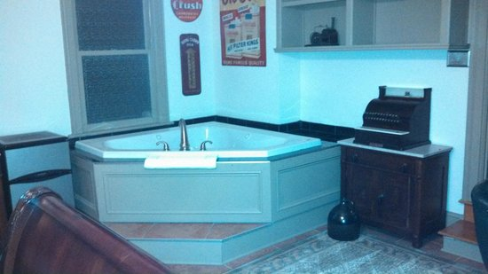Union Gables Inn: Library Room-Jacuzzi
