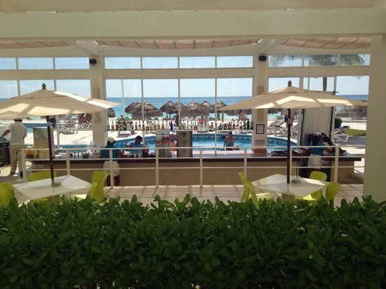 Krystal Cancun: swim up bar from the inside