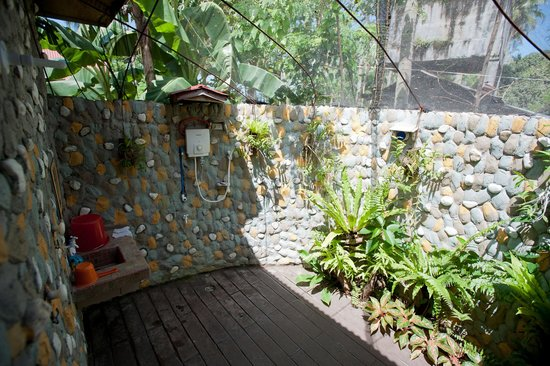 Agohay Villa Forte: Outdoor shower room at the back of the Superior Cottage