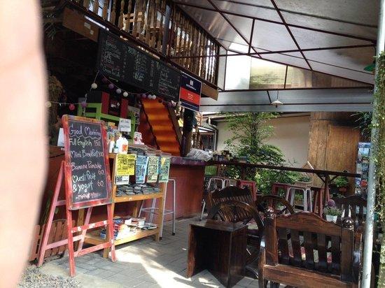 Aoi Garden Home: The bar in the garden