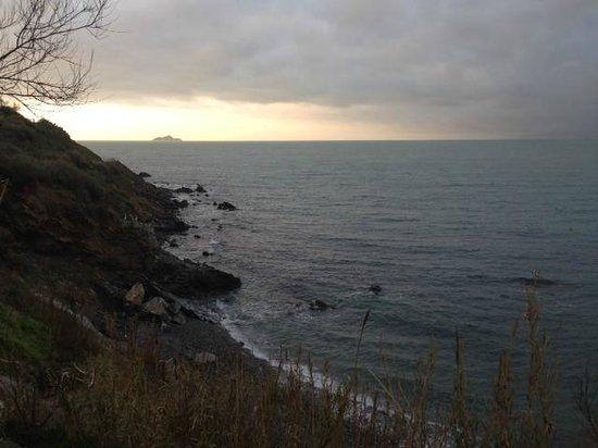 La Sorgente Resort : Scogliera e spiaggia