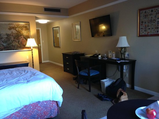 Dinah's Garden Hotel: The room, with nice big desk