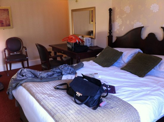 Castle Hotel : Our room + our mess