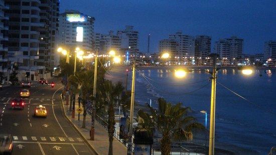 Barcelo Colon Miramar: Vista nocturna desde el puente hacia la playa