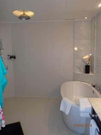 InterContinental Samui Baan Taling Ngam Resort: bathroom with ceiling rain shower
