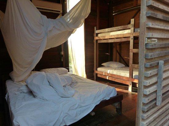 Paganakan Dii Tropical Retreat : Zimmer: Ein Kingsize und ein Etagenbett