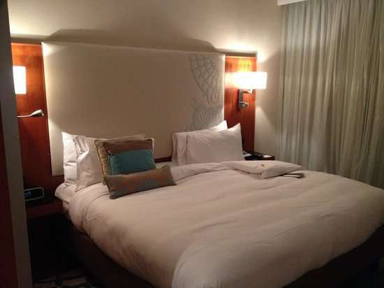 Renaissance Barcelona Hotel: King bed very comfortable