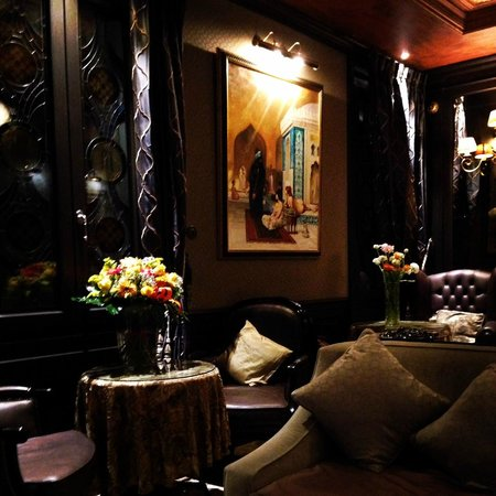 Hotel Moresco : Beautiful Parlor where food and drinks are set out each evening