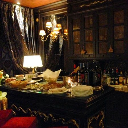 Hotel Moresco : Parlor with Food/Drinks each night