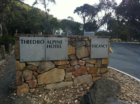 Rydges Thredbo Alpine Hotel: Sign off the road