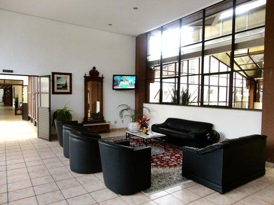 Paraiso Palace Hotel II e III : Lobby com sala de tv