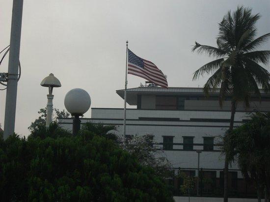 Sunway Hotel Phnom Penh: vista dal terrazzo della camera: ambasciata USA
