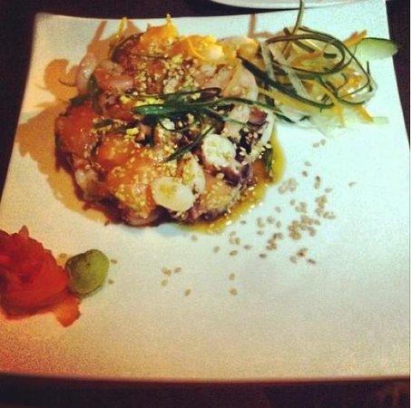 Zabo: Sakana Tataki (mix de pescado, camarones y pulpo con aceite de sésamo, cebollín y jengibre fresc