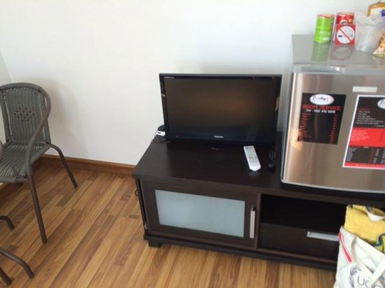Lucky 13 Guesthouse : TV and minibar