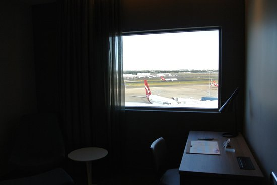 Rydges Sydney Airport Hotel: Apron area facing east