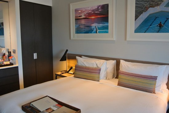 Rydges Sydney Airport Hotel: Muted browns,whites with a touch of colour