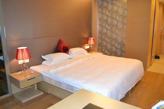 HeeFun Apartment Hotel GZ Poly World Trading Center : кровать из 2х матрасов