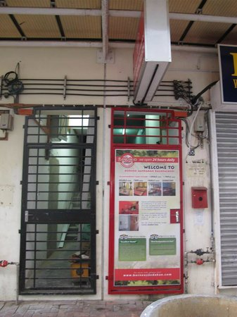 Borneo Sandakan Backpackers: hostel entrance (street level)