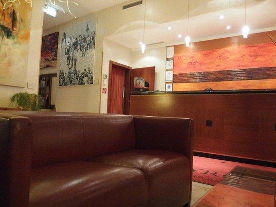 Small Luxury Hotel Das Tyrol: Ресепшен