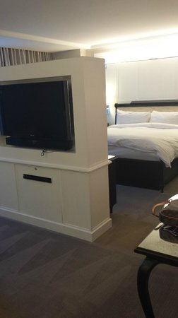 Hard Rock Hotel and Casino: Bed/TV in Suite