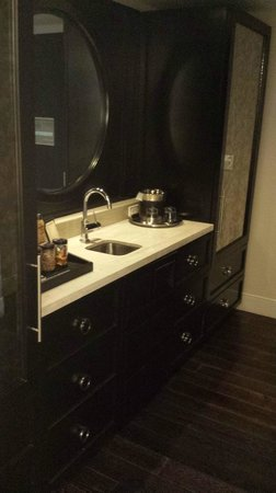 Hard Rock Hotel and Casino: Wet Bar in Suite