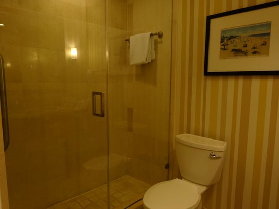 Courtyard Fort Lauderdale Beach: Bathroom in 12th floor corner room