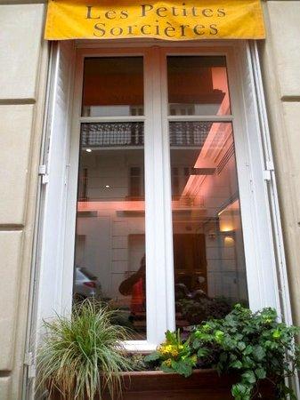 Les Petites Sorcieres : Side window
