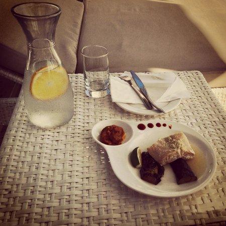 Discovery Shores Boracay: обед прямо на пляже (водичка с апельсином - это всегда комплимент)