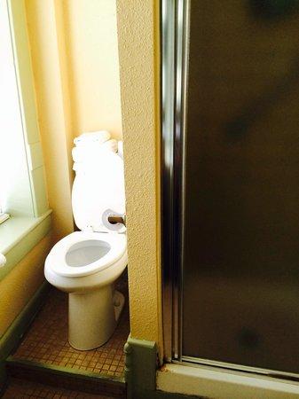 1905 Basin Park Hotel: Toilet