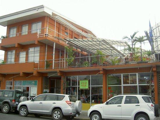 Hotel Las Colinas: Front of hotel