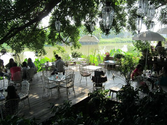 Chivit Thamma Da Coffee House, Bistro & Bar : Relaxing By The River
