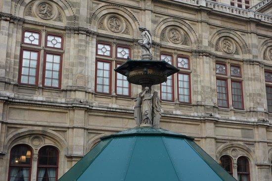 State Opera House : при входе сторца